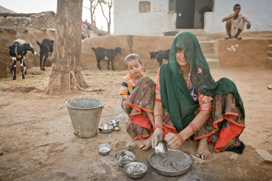 © iStockphoto.com/mauro_grigollo|Indian woman washes the dishes with ash, to avoid wasting water.